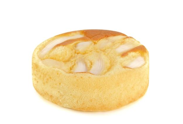 Gâteau mousseline à la noix de coco sur fond blanc