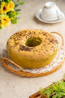 Gâteau en mousseline de soie avec trou caractéristique au centre d'un moule à tube non graissé.