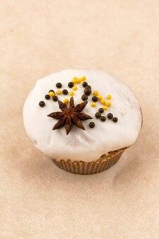 Gâteau muffin au chocolat avec glaçage léger. gros plan sur fond clair, cadre vertical