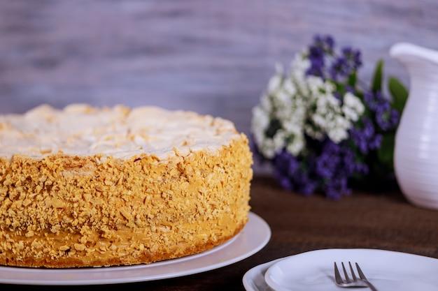 Gâteau napoléon de pâte feuilletée aux noix et fleurs