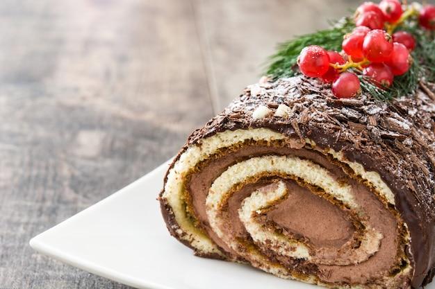 Gâteau de noël au chocolat avec groseille sur fond en bois
