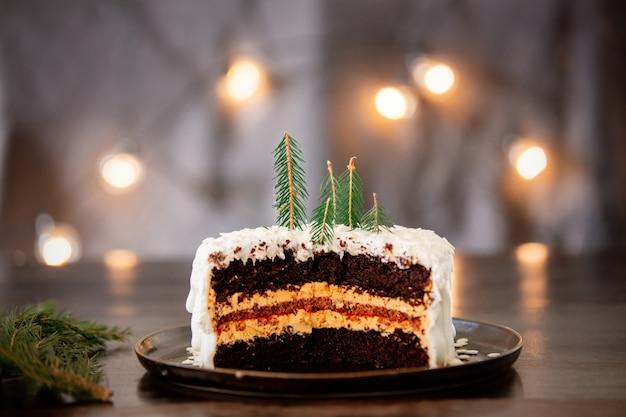 Gâteau de noël à la crème sur table avec guirlandes