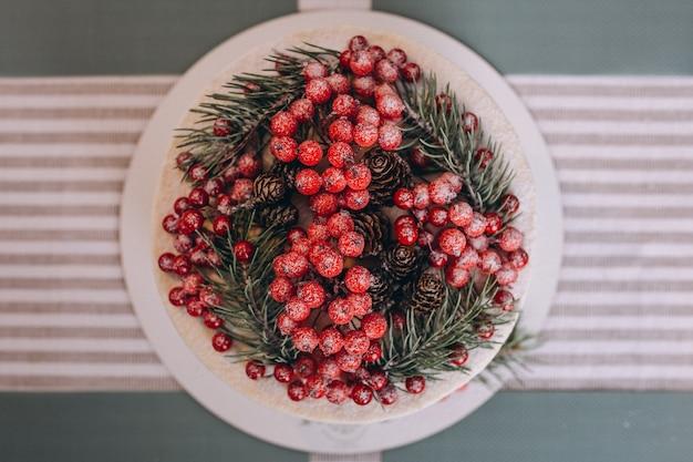 Gâteau de noël décoré de fruits rouges