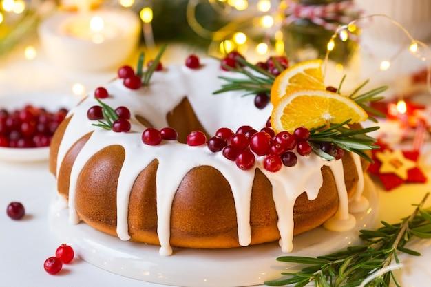 Gâteau de noël décoré de glaçage au sucre et de canneberges