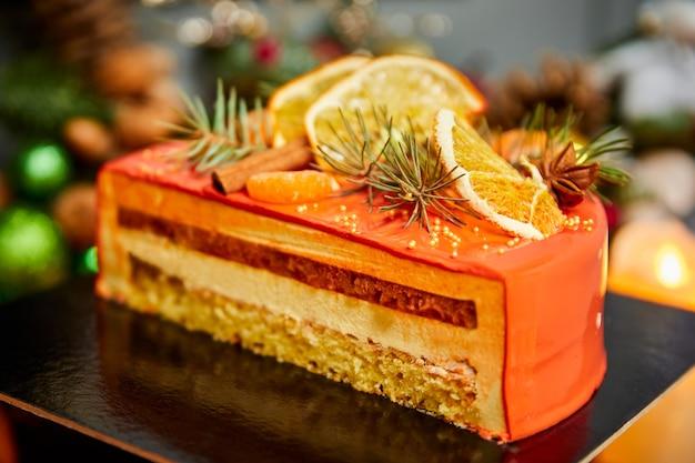 Gâteau de noël mousse abricot coupé avec biscuit vanille décoré de fruits
