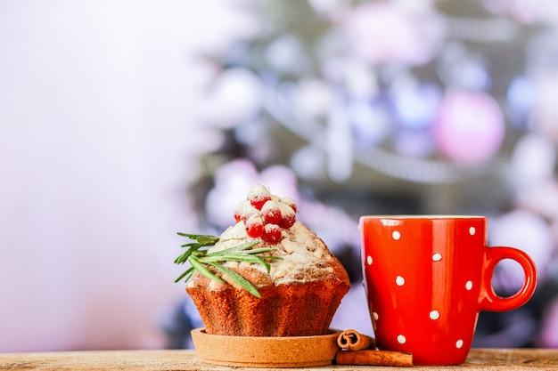 Gâteau de noël avec pépites et chocolat chaud cupcake de noël avec lait et guimauves