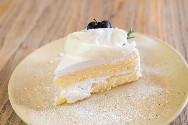 Gâteau à la noix de coco sur une assiette au café