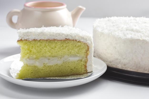 Gâteau de noix de coco dessert sur plaque blanche.