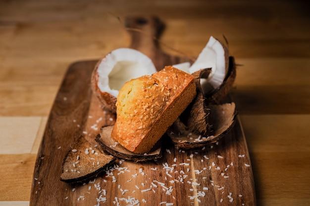 Un gâteau à la noix de coco sur planche de bois