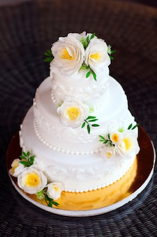 Gâteau nu. gâteau rustique de mariage avec des fleurs.