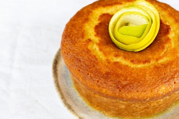 Gâteau à l'orange sur assiette