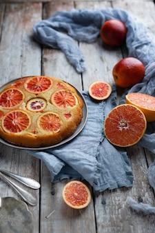 Gâteau orange au sang fait maison sur une table en bois clair