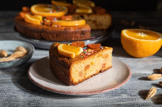 Gâteau orange sur un bois gris