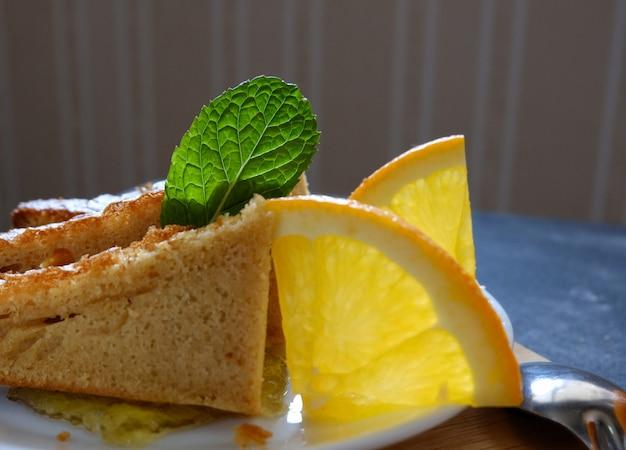 Gâteau à l'orange avec café noir