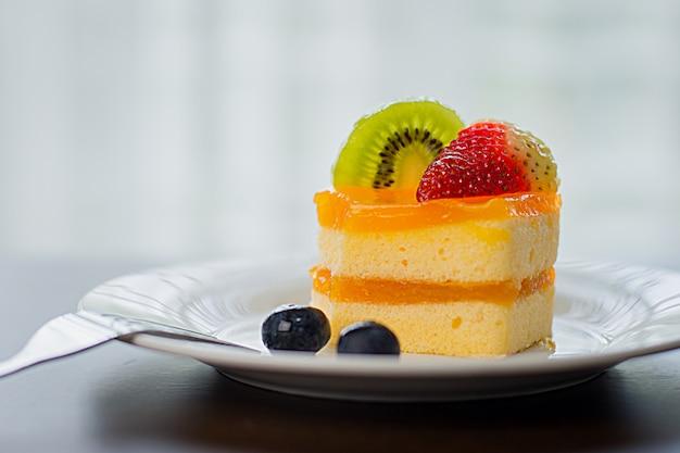 Le gâteau à l'orange est placé dans un délicieux plat blanc
