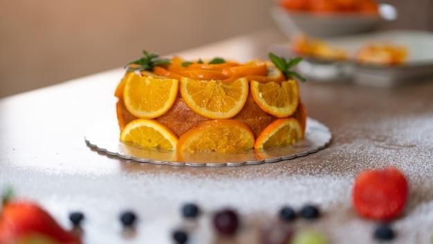 Gâteau à l'orange fait maison avec des oranges tranchées dans une cuisine