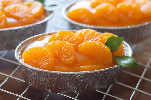 Gâteau orange maison sur table vintage en bois