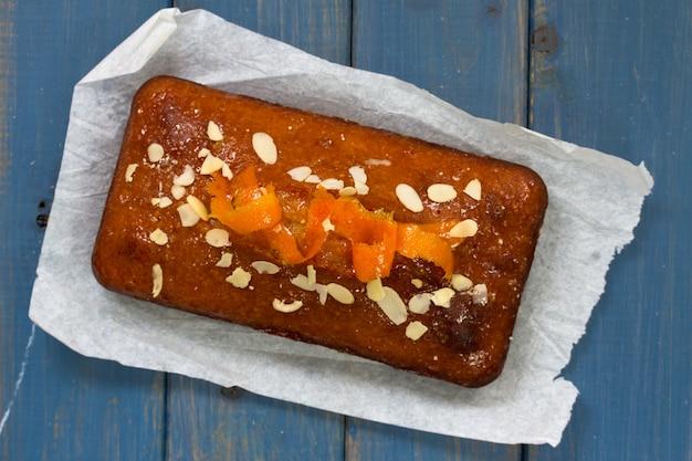 Gâteau à l'orange sur papier