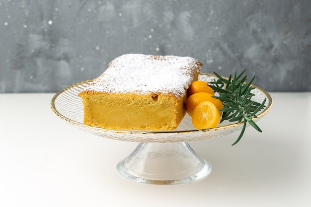 Gâteau à l'orange sur un support à kumquats