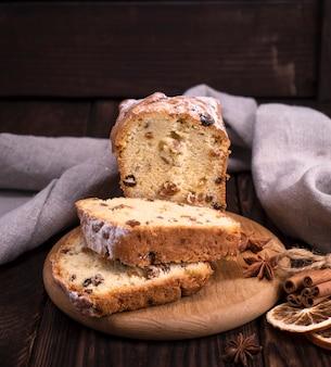 Gâteau de pain aux raisins secs et fruits secs