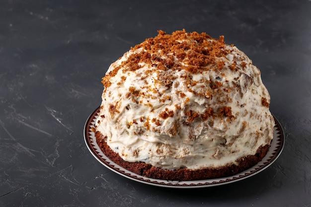 Gâteau pancho avec crème sure, noix, pruneaux et chocolat noir