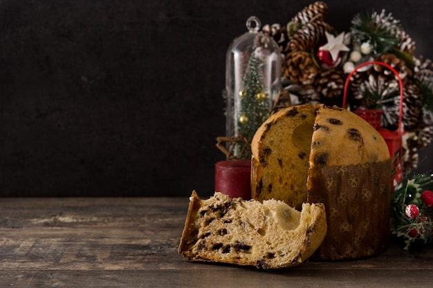 Gâteau panettone au chocolat de noël avec noël décoré sur une table en bois. fond