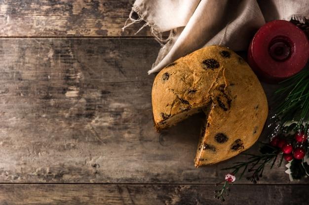 Gâteau panettone au chocolat de noël avec noël décoré sur une table en bois