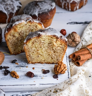Gâteau de pâques au four avec glaçage au citron blanc