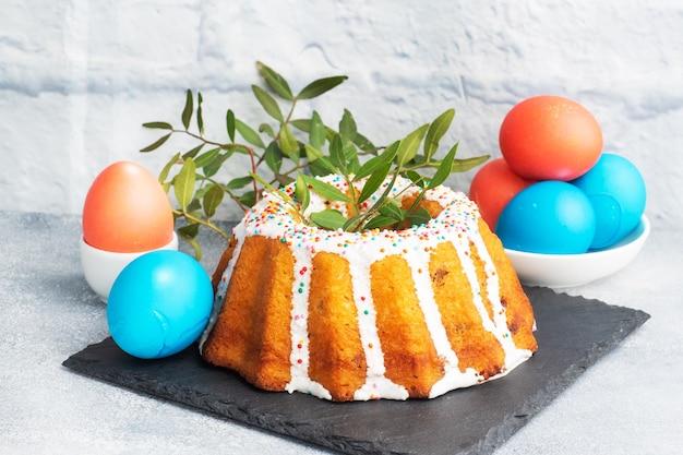 Gâteau de pâques au sucre glace oeufs peints sur la table. copie espace