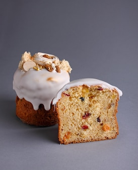 Gâteau de pâques aux raisins secs et fruits confits glacés blancs, coupés