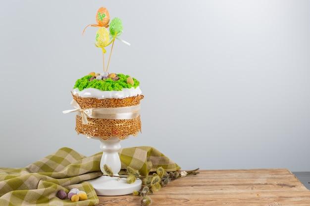 Gâteau de pâques à base de pâte levée décoré de mousse comestible avec un nid