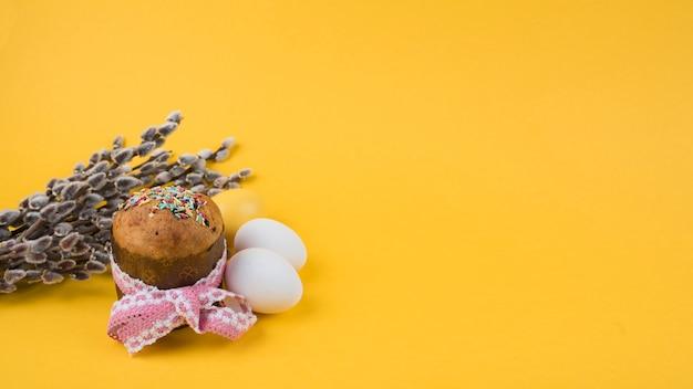 Gâteau de pâques avec des branches de saule et des œufs
