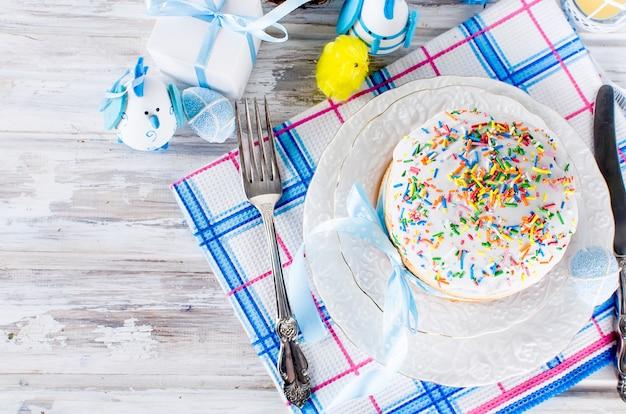 Gâteau de pâques et couverts pour pâques