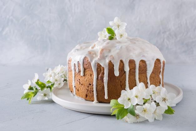 Gâteau de pâques décoré de fleurs fraîches de printemps.