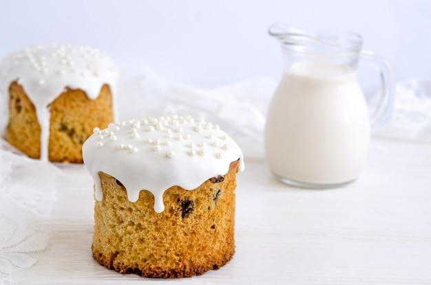 Gâteau de pâques décoré de glaçage au sucre blanc et de boules de confiserie en argent