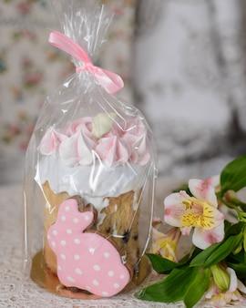 Gâteau de pâques décoré de meringues roses
