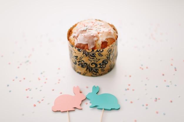 Gâteau de pâques fait maison avec des décorations