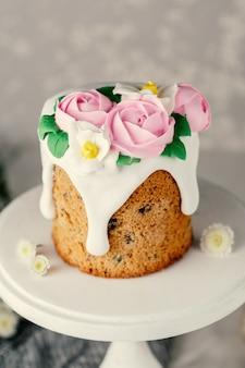 Gâteau de pâques fait maison avec des fleurs