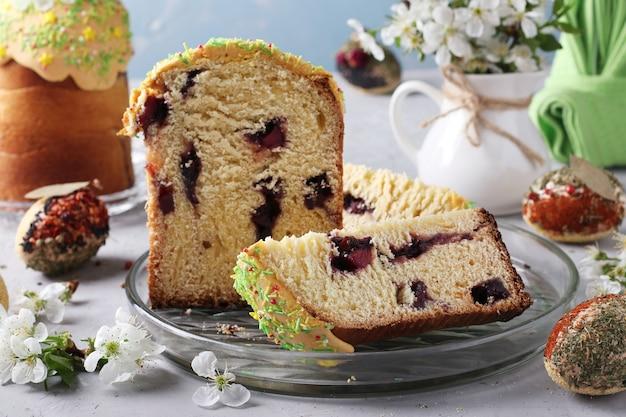 Gâteau de pâques avec une fente et de la confiture à l'intérieur et des œufs de pâques décorés d'épices et de céréales, format horizontal, gros plan