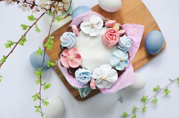 Gâteau de pâques festif avec décorations