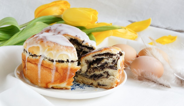 Gâteau de pâques et fleurs printanières