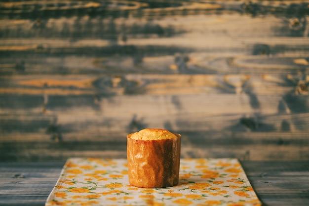 Gâteau de pâques fraîchement sorti du four dans un plat allant au four sur une table en bois