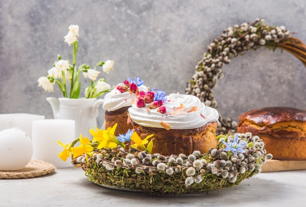 Gâteau de pâques - kulich ou brioche traditionnelle russe et ukrainienne sur une pierre claire