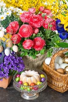 Gâteau de pâques et oeufs avec de belles fleurs de printemps