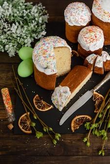 Gâteau de pâques et oeufs colorés sur une table en bois. il peut être utilisé comme arrière-plan