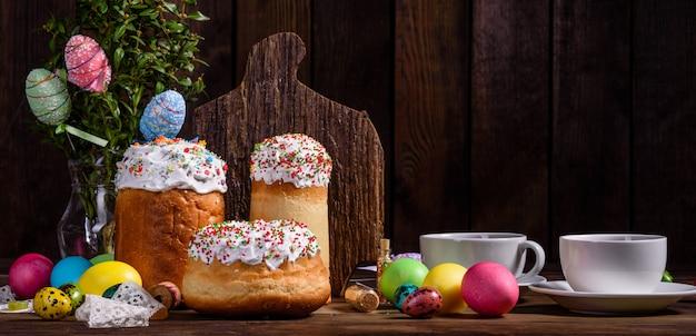 Gâteau de pâques et oeufs colorés