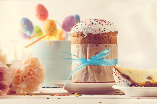Gâteau de pâques, oeufs et fleurs