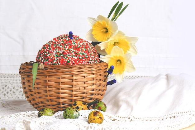 Gâteau de pâques oeufs peints jonquilles composition printemps style rétro rustique