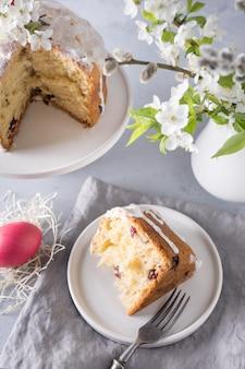 Gâteau de pâques et oeufs rouges colorés. vacances petit déjeuner traditionnel.
