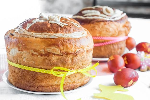 Gâteau de pâques et oeufs rouges